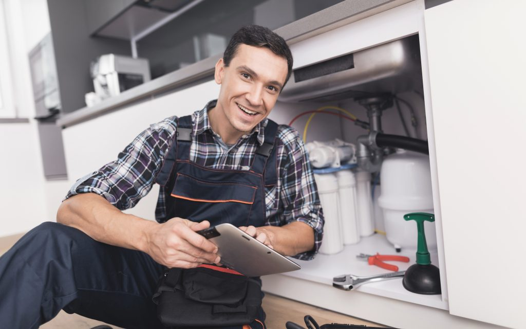 Plumber with tablet (1)